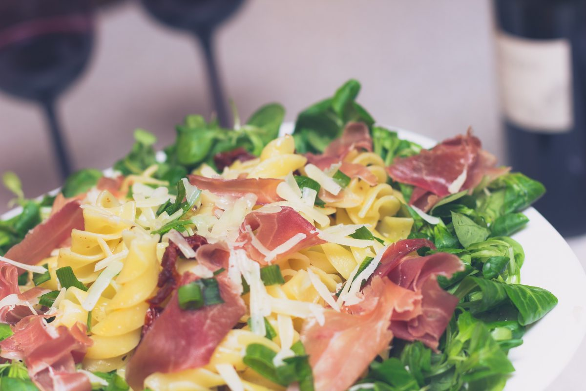 Włoski weekend: Fusilli z suszonymi pomidorami i prosciutto