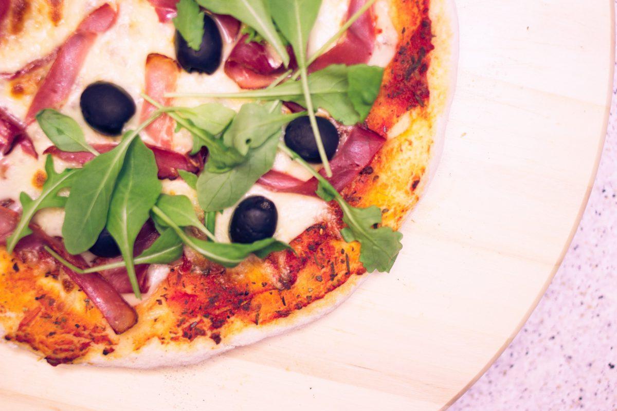 Oryginalna włoska pizza na supercienkim cieście