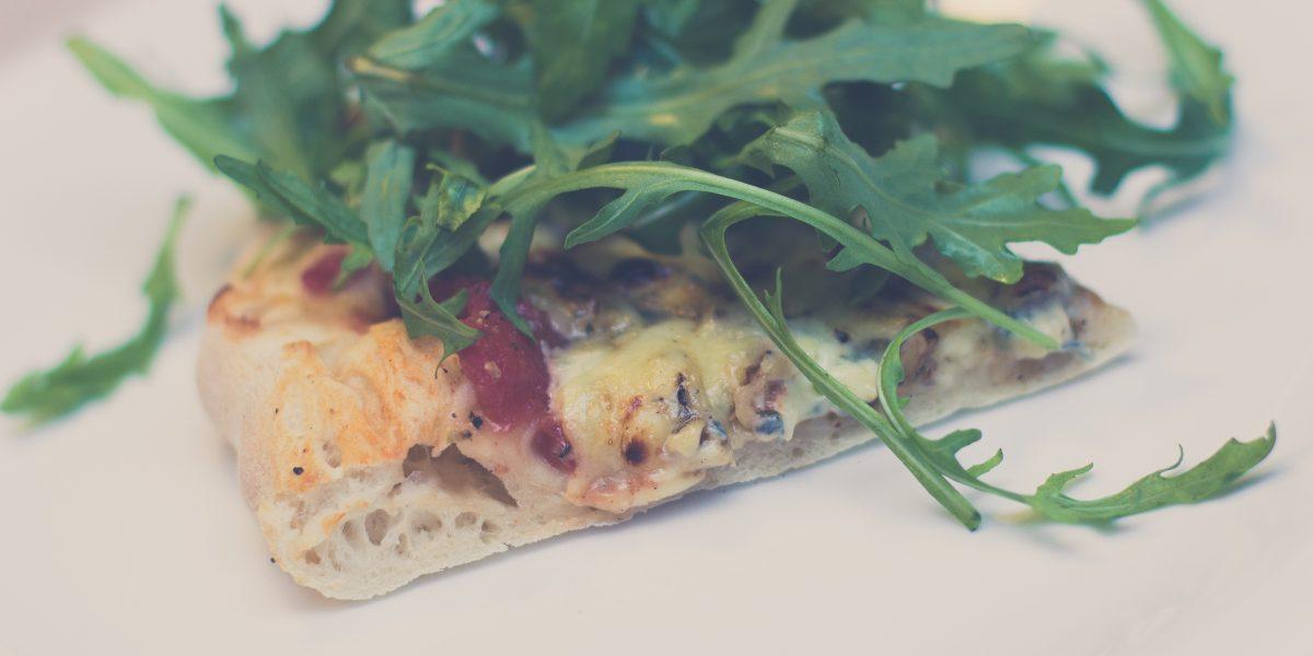 Domowa pizza z miodem, orzechami laskowymi i serem pleśniowym